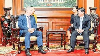 Trao Huy hiệu TP.HCM cho Tổng lãnh sự Anh tại TP. Hồ Chí Minh