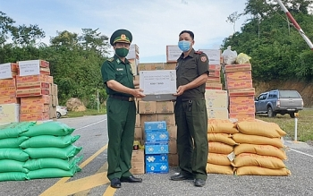 BĐBP Nghệ An tặng quà cho lực lượng vũ trang và nhân dân biên giới tỉnh Hủa Phăn, Lào