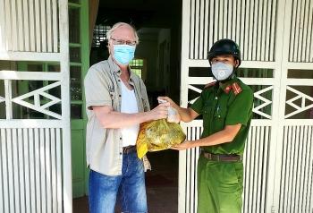 Người nước ngoài ở Việt Nam bất ngờ và cảm kích khi nhận được quà hỗ trợ