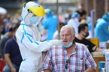 Đà Nẵng, TP. Hồ Chí Minh tiêm phòng vaccine, tặng túi an sinh cho người nước ngoài, kiều bào