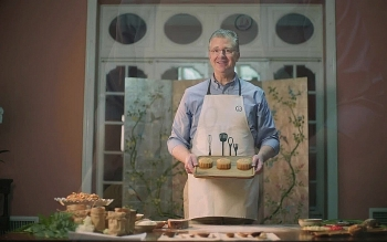 Đại sứ Daniel J. Kritenbrink làm bánh trung thu kết hợp nguyên liệu truyền thống của Việt Nam và Mỹ