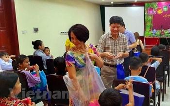 Trẻ em gốc Việt tại Campuchia vui đón Tết Trung Thu