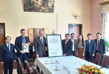 Đại sứ Pháp trao bản sao bản vẽ thiết kế dinh Bảo Đại cho tỉnh Lâm Đồng
