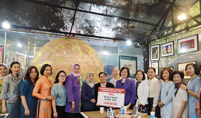 Nhóm Phụ nữ Cộng đồng ASEAN tại Hà Nội trao quà cho người khuyết tật - Ảnh 1.