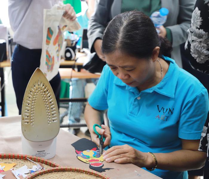 Nhóm Phụ nữ Cộng đồng ASEAN tại Hà Nội trao quà cho người khuyết tật - Ảnh 7.