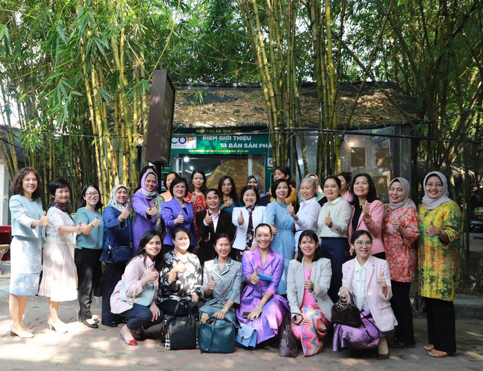 Nhóm Phụ nữ Cộng đồng ASEAN tại Hà Nội trao quà cho người khuyết tật - Ảnh 10.