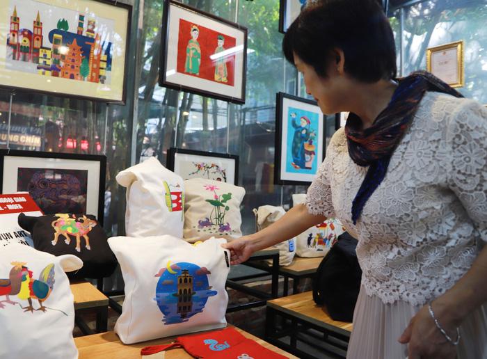 Nhóm Phụ nữ Cộng đồng ASEAN tại Hà Nội trao quà cho người khuyết tật - Ảnh 5.