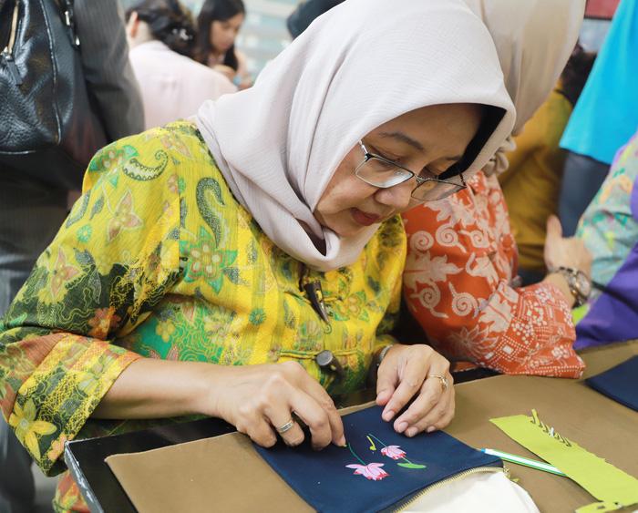Nhóm Phụ nữ Cộng đồng ASEAN tại Hà Nội trao quà cho người khuyết tật - Ảnh 8.