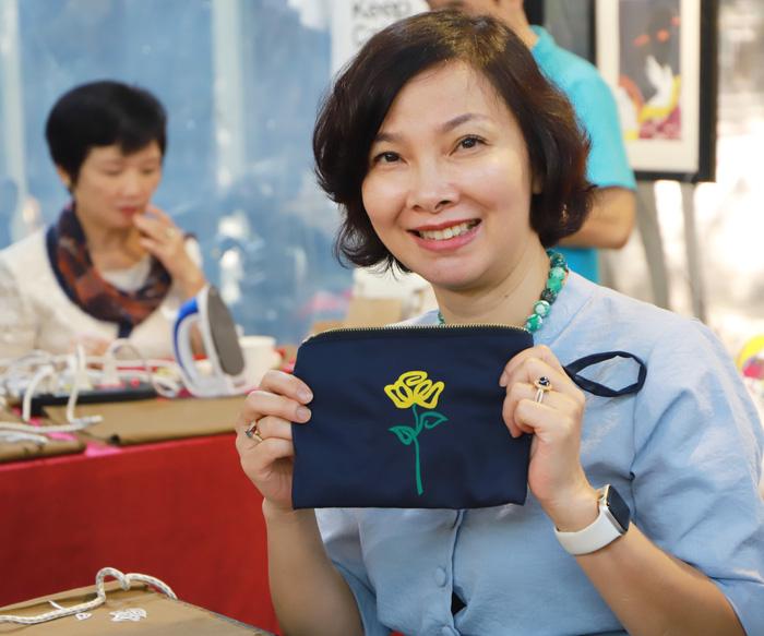 Nhóm Phụ nữ Cộng đồng ASEAN tại Hà Nội trao quà cho người khuyết tật - Ảnh 9.