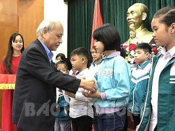 2 tổ chức phi chính phủ tặng 157 suất học bổng cho học sinh tỉnh Hải Dương