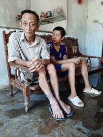 Nghệ An: Thảm cảnh vợ ung thư chăm chồng tai nạn, con trai tâm thần