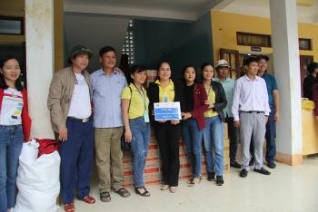 Ấm lòng với 630 suất quà đến với học sinh nghèo vùng rốn lũ