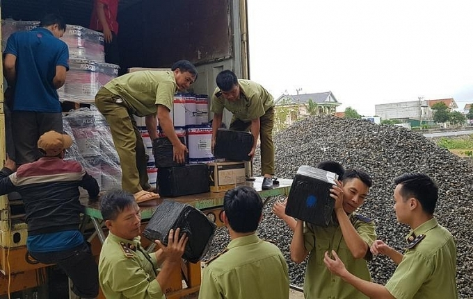 quang binh bat giu xe container cho lo ruou ngoai khung co tri gia 15 ty dong