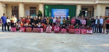 Gần 1000 suất quà đã đến tay học sinh và người dân nghèo xã Châu Hoàn (Quỳ Châu, Nghệ An)