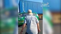 video hai hung container mat banh van phong nhu bay tren duong