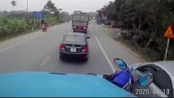 video xe 7 cho lao voi sang duong khien container phanh chay lop va cai ket dang