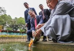 Đại sứ Mỹ lần đầu thả cá chép tiễn Táo Quân về chầu trời ở Hà Nội