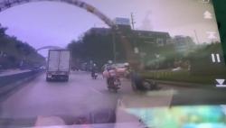 video nam thanh nien nga vang vi vuong xe cho lon suyt bi o to can qua dau