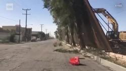 """Video: Bức tường biên giới Mỹ-Mexico của Tổng thống Trump bị gió """"quật"""" xiêu vẹo"""