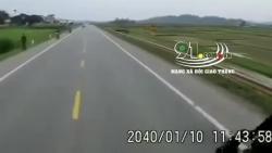 video xe tai bat ngo cuon co gai di bo vao gam can nat chan nan nhan