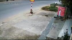 video nguoi phu nu bi xe tai can tu vong tren duong di kham benh