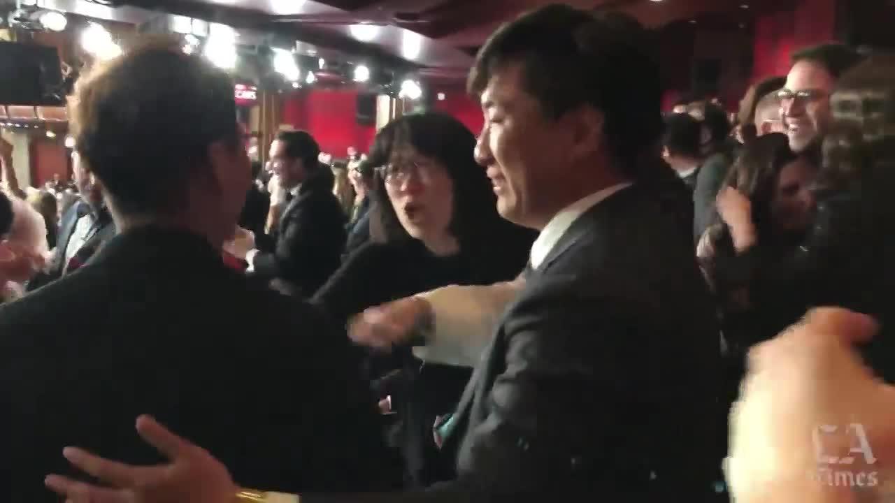 video ky sinh trung duoc xuong ten nhan oscar vo con dao dien bong joon ho bat khoc nhu mua