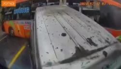 video khoanh khac o to 16 cho vuot au khien xe khach hat duoi bep dum lam 7 nguoi thuong vong
