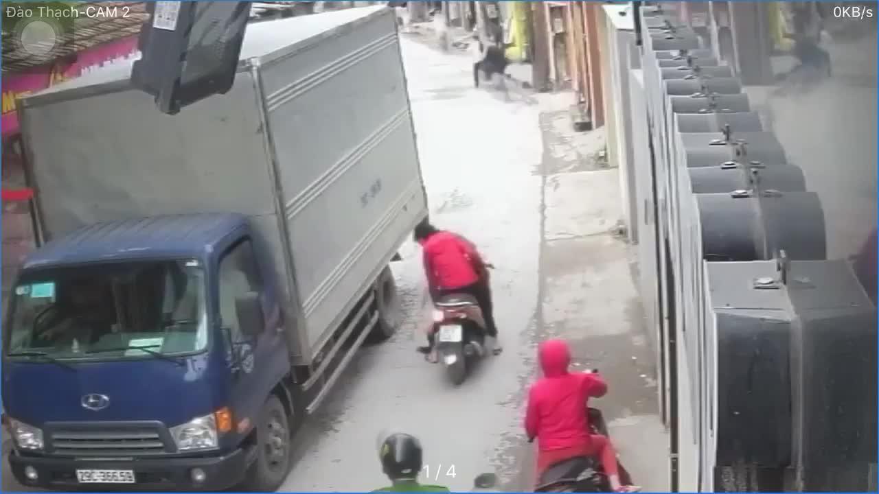 video thot tim canh me loang choang tay lai khien em be roi xuong duong suyt bi xe tai can len nguoi