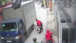 Video: Thót tim cảnh mẹ loạng choạng tay lái khiến em bé rơi xuống đường, suýt bị xe tải cán lên người