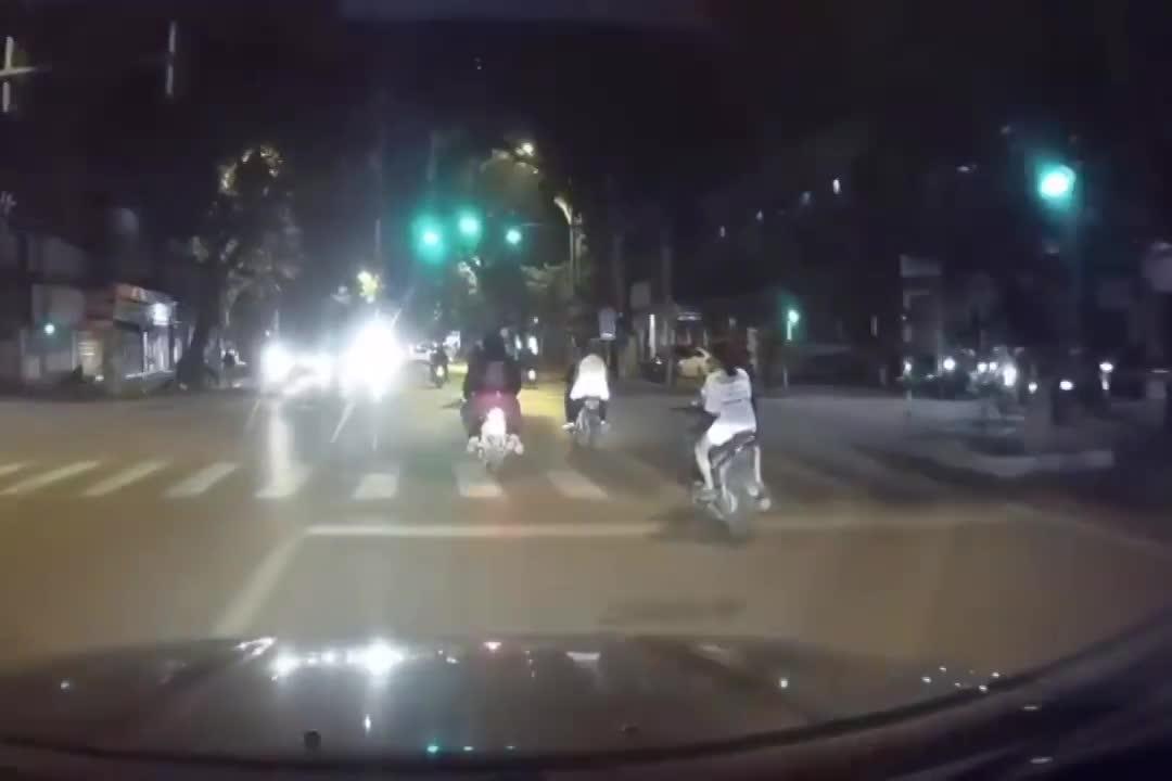 video hai hung pha doi lai khong dung xe cua 2 co gai giua pho ha noi