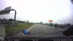 Video: Chạy thẳng sang đường trên cao tốc, người đàn ông bị ô tô húc văng