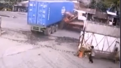 video tranh chai nuoc ngot tren cao toc o to lao thang vao container nat dau