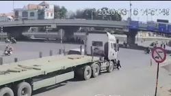 Video: Người phụ nữ thoát chết khó tin dưới gầm xe đầu kéo nặng hàng chục tấn