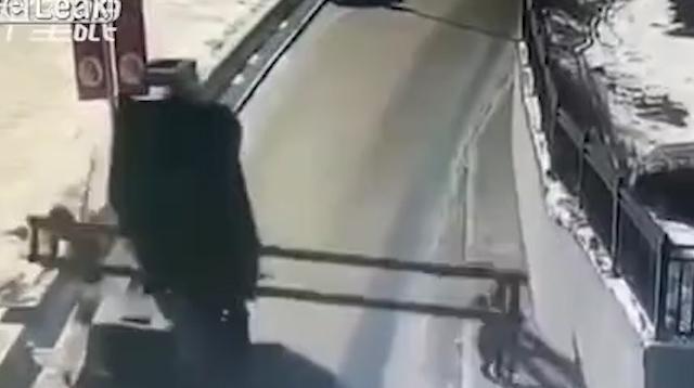 video soc canh xe tai va do cot gioi han chieu cao khien de nguoi phu nu guc tai cho