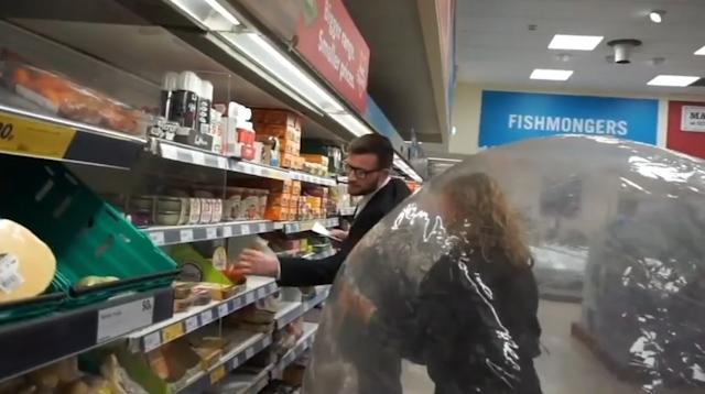 video nguoi phu nu chui vao qua bong khong lo di mua do trong sieu thi vi so covid 19