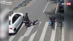 Video: Phản xạ khó tin của người bố cứu con trai thoát chết ngay trước đầu ô tô