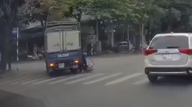 video xe tai vuot au suyt gay tai nan kinh hoang