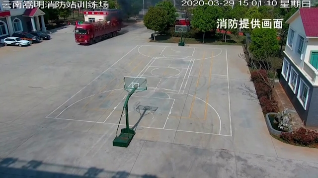 video tai xe lai thang vao tram cuu hoa sau khi phat hien xe tai boc chay