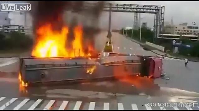 video kinh hoang xe cau dam xe bon cho xang boc chay ngun ngut