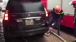"""Video: Lexus """"cố tình"""" chèn lên vòi phun nước khi lính cứu hỏa đang làm nhiệm vụ"""