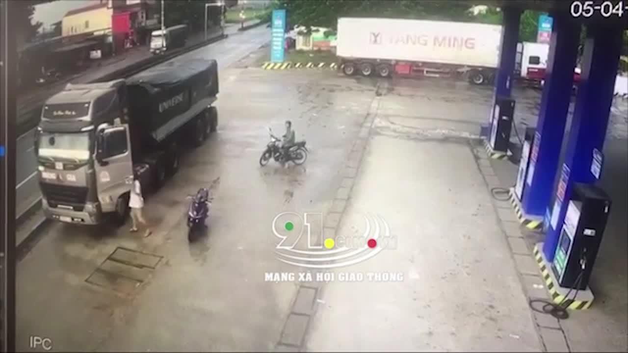 video bi nhac nho vi di nguoc chieu tai xe xe tai danh toi tap chu xe may