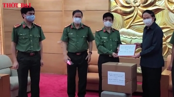 video hoi huu nghi viet lao trong cand trao 100 trieu dong va 1000 khau trang y te