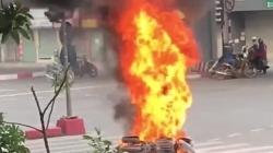 Video: Xe máy bốc cháy ngùn ngụt giữa phố Hà Nội