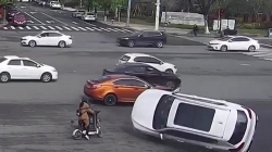 Video: Ô tô vượt đèn đỏ bị đâm lật nghiêng, suýt đè cô gái đi xe đạp điện
