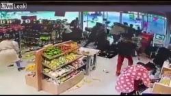 Video: Hàng chục người lao vào siêu thị cướp bóc khi đang phong tỏa vì COVID-19