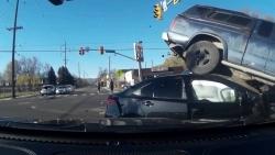 Video: Ô tô cố vượt đèn đỏ gây tai nạn kinh hoàng