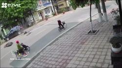 Video: Ô tô mất lái đã đâm văng 2 người đi xe máy