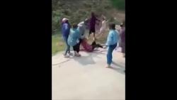 Video: Hơn 20 cô gái hỗn chiến kinh hoàng như phim hành động