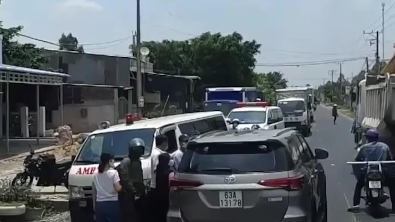 video xe 7 cho lan lan vuot au ep 2 xe cuu thuong dang lam nhiem vu