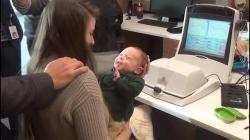Video: Xúc động bé khiếm thính 3 tháng tuổi lần đầu tiên nghe giọng nói của bố mẹ